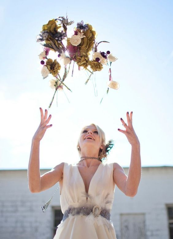 breakaway bouquet toss - via oncewed.com